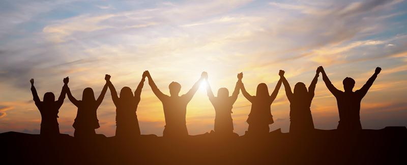ihmiset rivissä kädet ylhäällä
