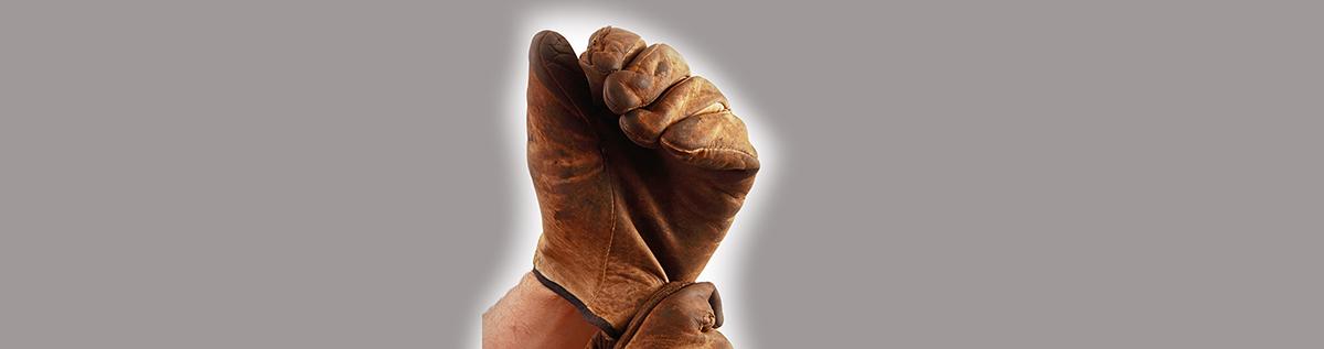 ruskea työhanska miehen kädessä