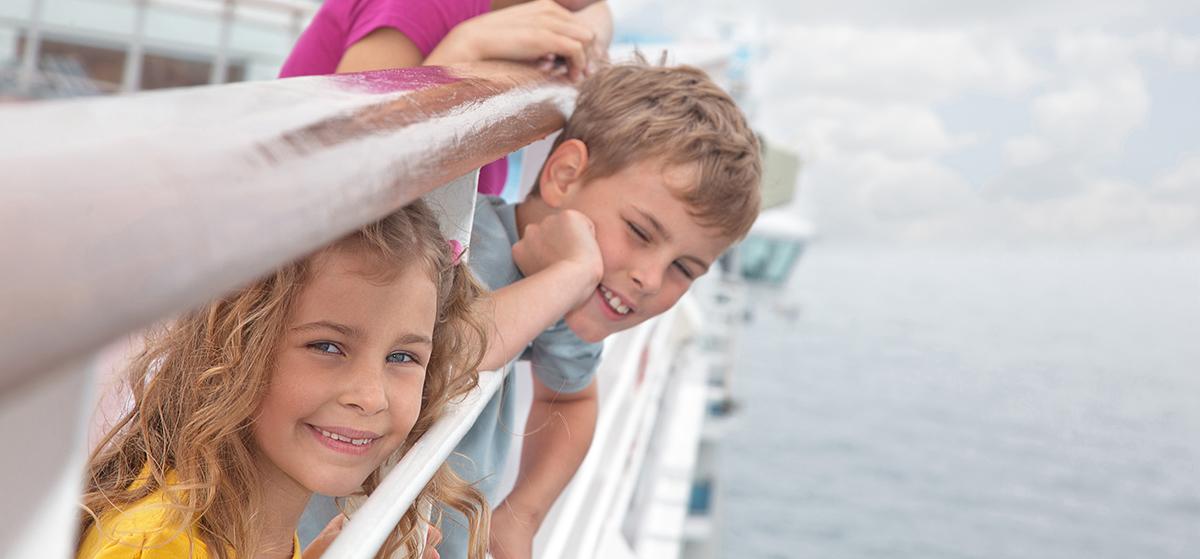 tyttö ja poika laivalla