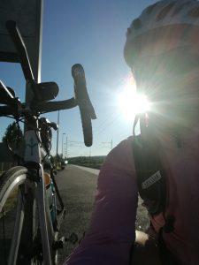 pyörä ja pyöräilijä kesäaamuna