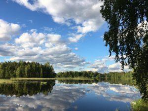 järvimaisemassa pilvet heijastuvat vedestä