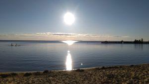 Aurinko paistaa rannalla
