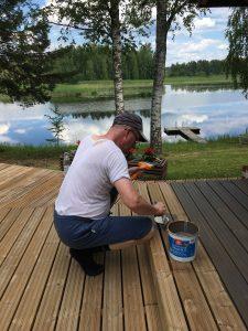 Mies maalaa terassia